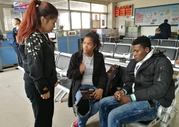 女留学生坐公交掉钱包 细心人凭健身卡找到她