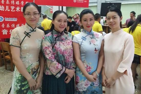 高校美女教师穿旗袍汉服迎新 新生乐开了花