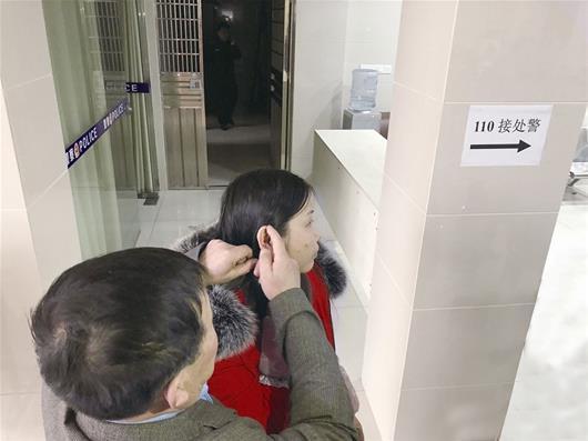父亲记得耳根上的痣 在宜昌与失散15年女儿团聚