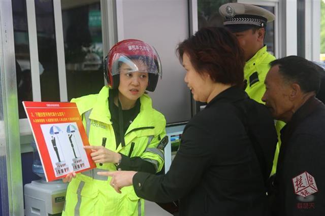 恩施违规车主被要求现场答题 回答对者获赠头盔