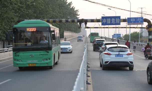 武汉一桥梁限高3米 多条公交被迫改线(图)