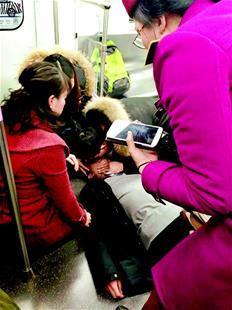 六旬老人心跳骤停 医护夫妻地铁上跪地施救
