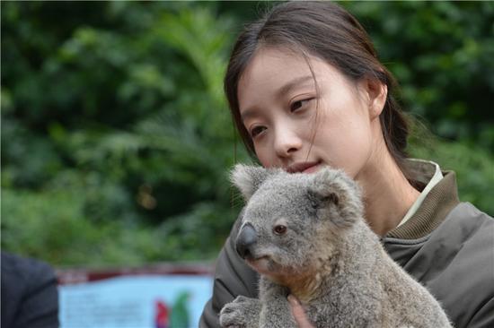 """而倪妮也坦言:""""自己与动物相处的细节,可能走路比较豪迈……""""."""