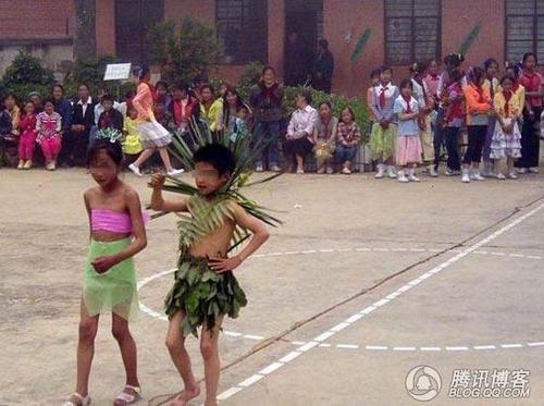 小学生别具一格的创意服装秀图片