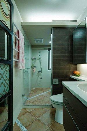 干湿分区的卫生间,瓷砖很漂亮.高清图片