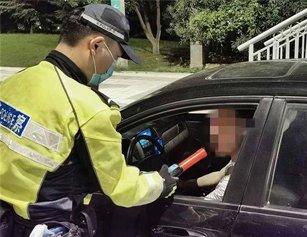 """交警一晚揪出8名酒司机 无知男求情""""便宜点"""""""