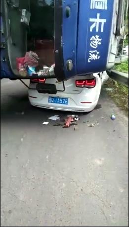 恩施一水泥罐车不慎侧翻压倒小车 1人不幸身亡