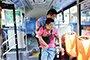 残疾小伙常被公交司机抱下车 专程送锦旗致谢
