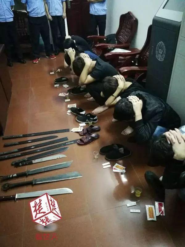 """九少年携带刀具去""""报仇"""" 在路上被警方查获"""