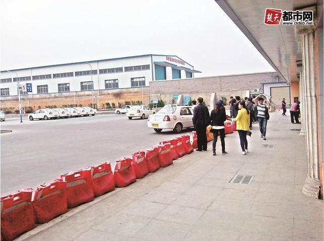 学员在驾校参加科目二试考 记者 -武汉驾照高额试考费疑系价格联盟