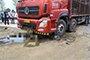 摩托车乱变道撞上大货车 司机被卷入货车底部