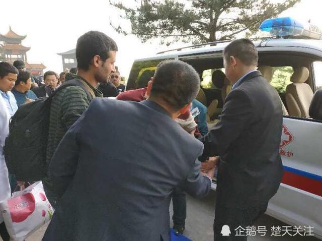 外籍游客观赏花海突晕倒 众人协力及时救援