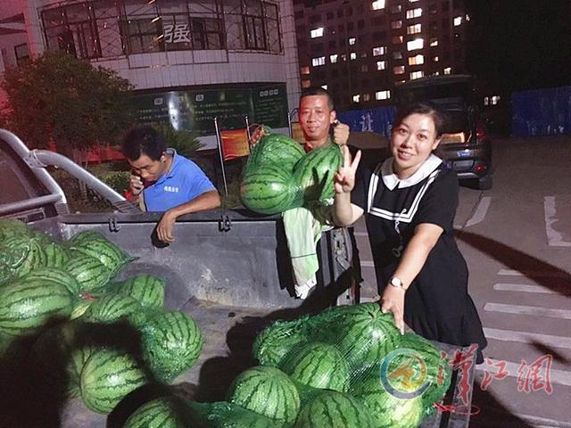 襄阳女西席帮瓜农卖西瓜 半小时卖掉1500斤