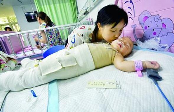 妈妈放热水后回房 一岁女童爬进澡盆被严重烫伤