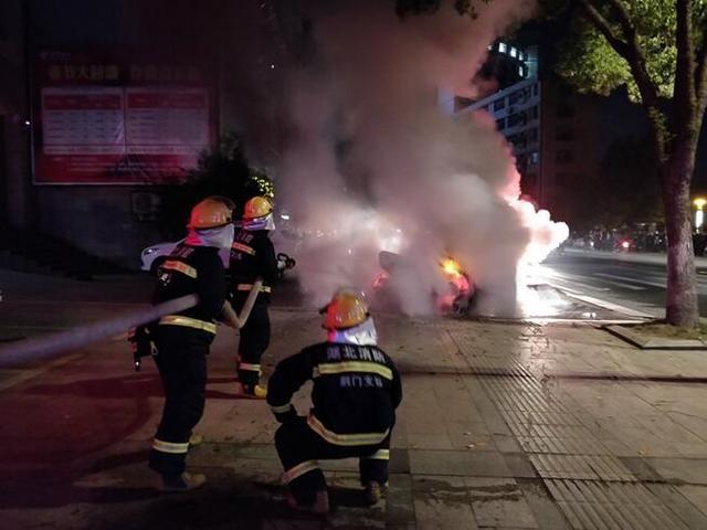 湖北京山一小车起火 消防员到场紧急处置