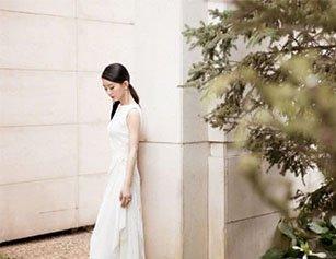 赵丽颖产后首次公开亮相 白色长裙秀纤细身材