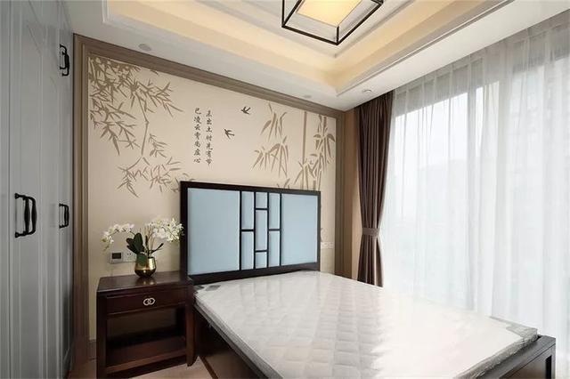 同时也采用了不锈钢线条装饰,而床头背景墙采用具有中式韵味的壁纸铺