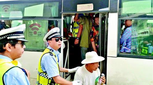 19座客车塞37位老人 司机涉嫌危险驾驶罪被刑拘