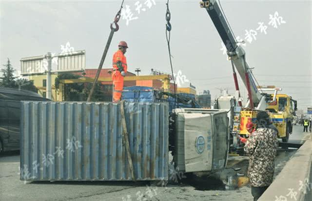 小货车爆胎侧翻 20多个空液化气罐滚落桥面