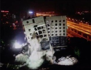 嘣!武汉一烂尾24年大楼7秒倒下