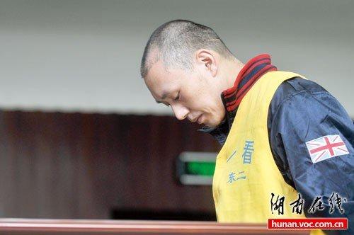 性虐恋歌手致6人死亡案续:庭审前高唱歌曲(图