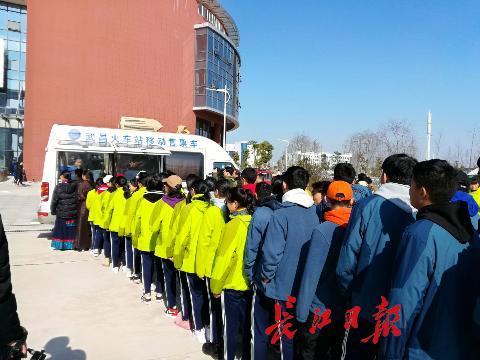 移动售票车开进高中校园 为藏族师生送票上门