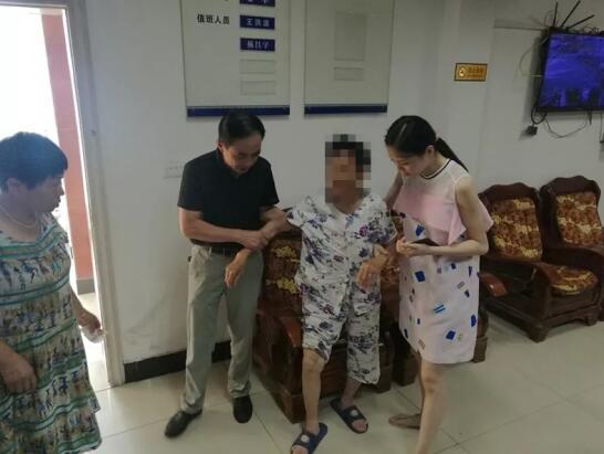 潜江八旬老人外出走失 民警出警途中偶遇将其送回家