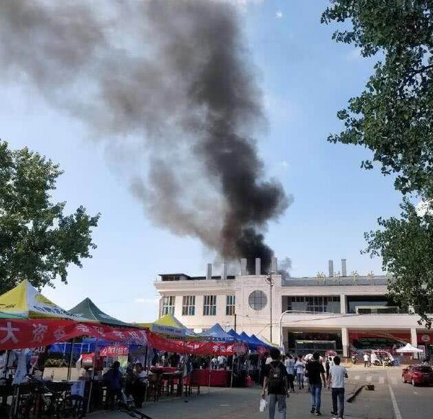 武汉一高校学生食堂突发火灾 现场黑烟滚滚