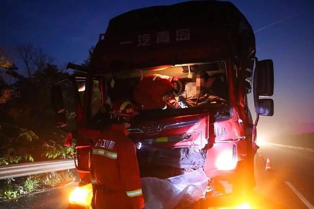 凌晨高速两货车追尾一人被困 仙桃消防紧急营救