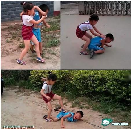 女孩用脚踩男孩