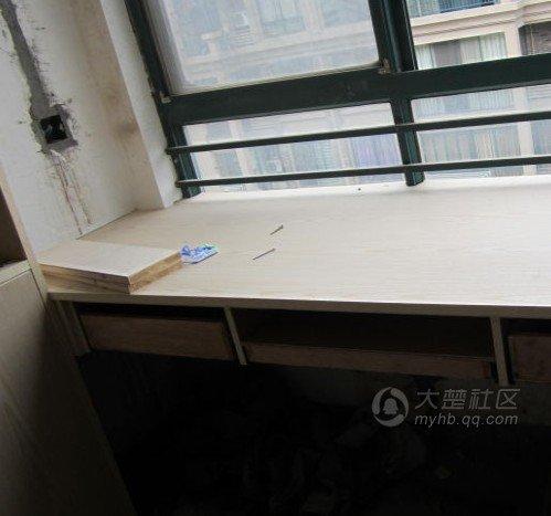又是一个书桌和书柜,书柜层板间隔又一次遭到老妈的严厉批评,我们