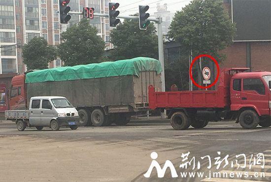 图为货车在禁行路段通行