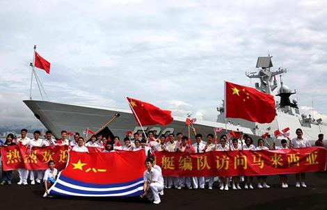 """荆州舰抵达马来西亚 """"荆州文物""""引围观(图)"""