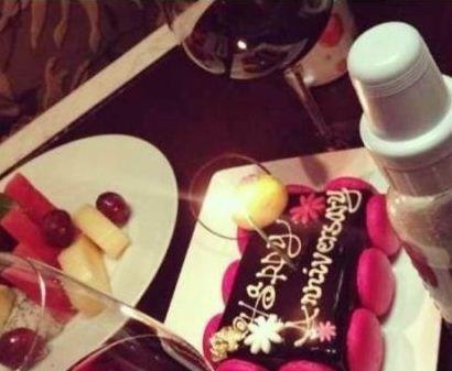 孙俪和邓超迎来结婚两周年纪念日,孙俪在网上发出和邓超以蛋糕、