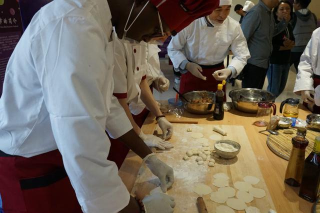 包饺子,做月饼,外国留学生直呼过瘾