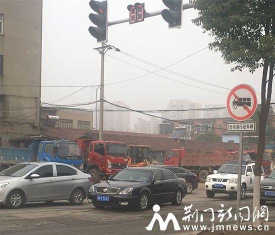 图为货车停在禁行标志牌路边