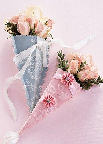 """用纸做的挂壁""""花瓶"""",里面放上仿真度较高的玫瑰花,常年浪漫常年清新."""