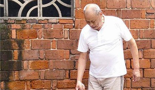 74岁老人义务扫公厕17年