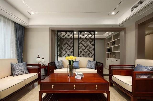 同时也采用了不锈钢线条装饰,而床头背景墙采用具有中式韵味的壁纸铺图片