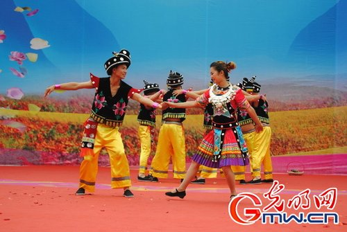 万余名苗族群众表演传统舞蹈踩花山