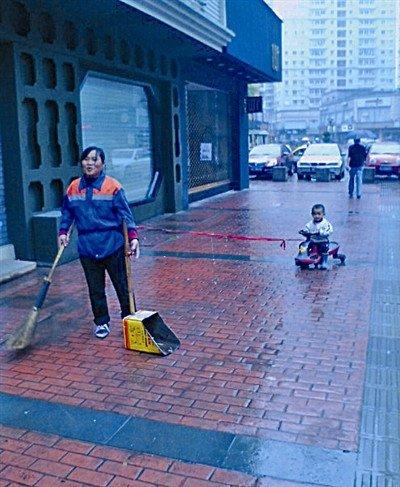 女清洁工绳牵儿子上班走红网络 网友称心酸(图)