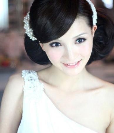 珍珠发饰搭配韩式新娘盘发,斜边刘海更添典雅气质图片