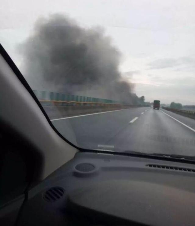 二广高速清河桥下浓烟滚滚 过往车辆纷纷刹车减速