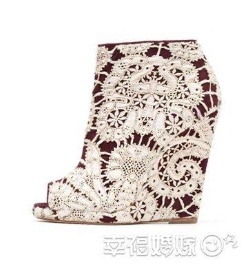 白蕾丝包裹坡跟鞋超甜美
