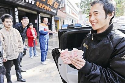 夫妻因争吵撒钱 汉口一居民楼飘落70张百元钞票