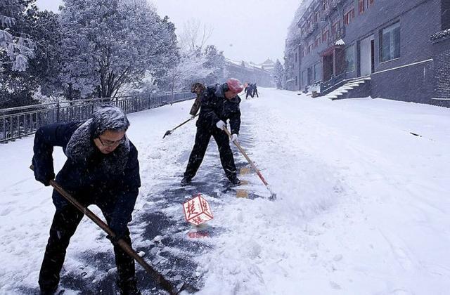 组图:武当山景区封山 积雪厚度达到20厘米