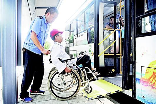 襄阳首次投运无障碍公交车 有安全带固定轮椅