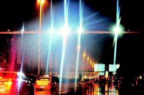 武汉司机质疑夜间监控频闪光致盲 交管称安全