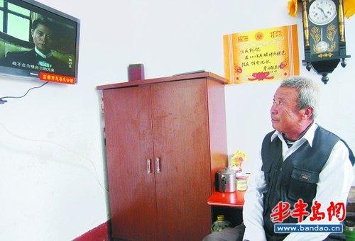 老人在自己的宿舍看电视剧.图片
