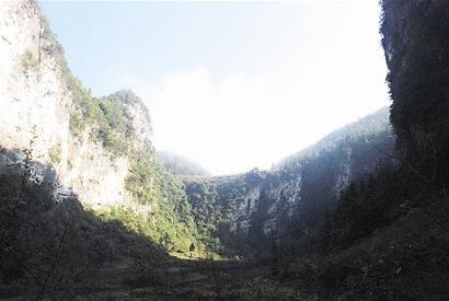图文:利川发现巨大天坑 溶洞底部有地下伏流